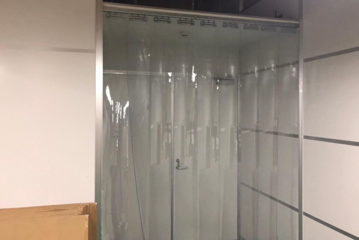 工場内の間仕切りに便利なビニール製のシートやカーテン