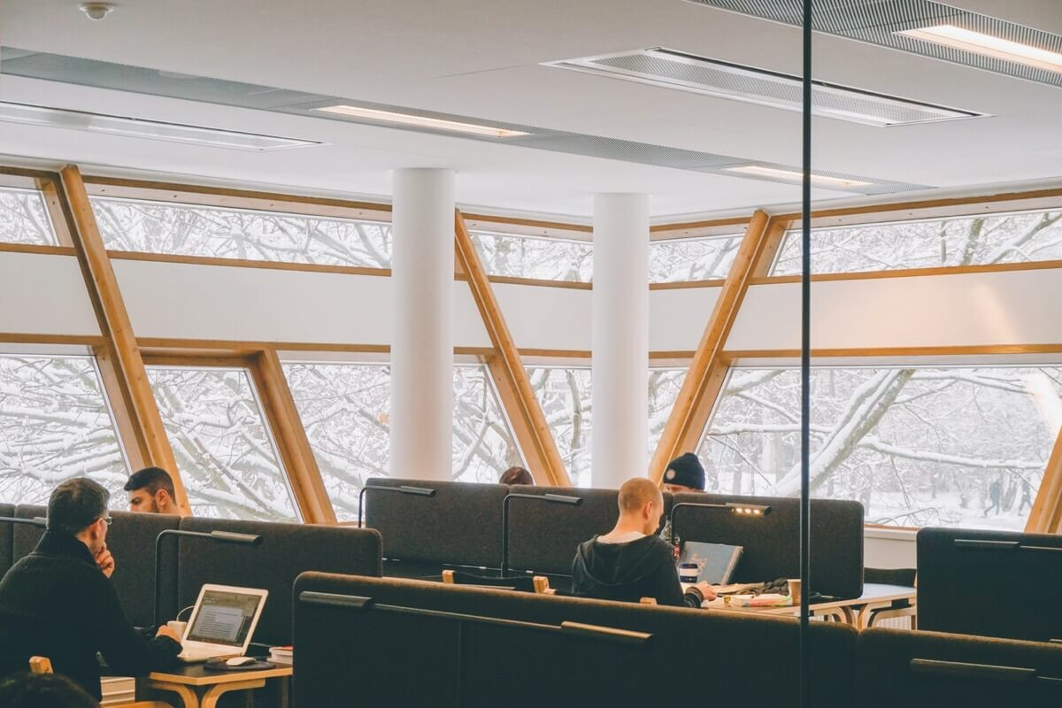 オフィスと会議室の配色が雰囲気を変える