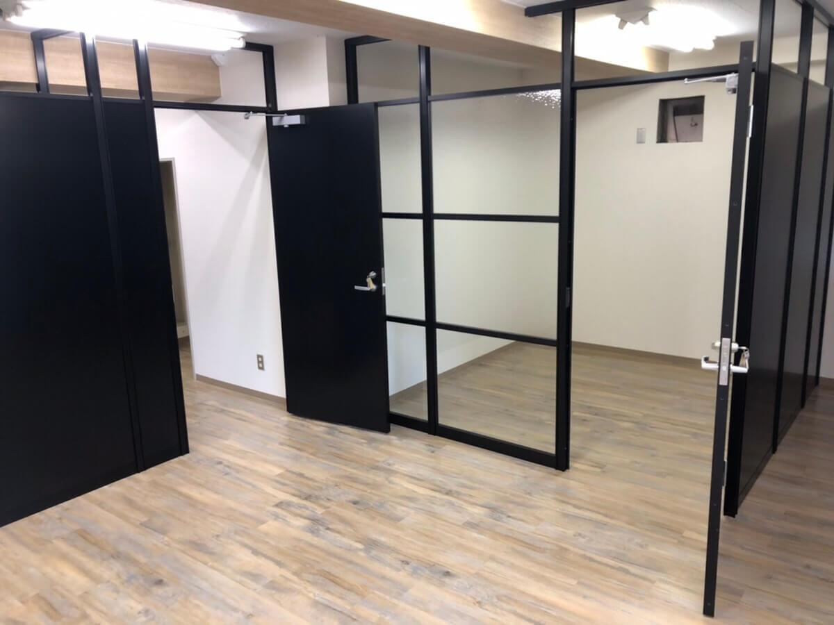 ガラス張りの会議室、メリットとデメリットは?