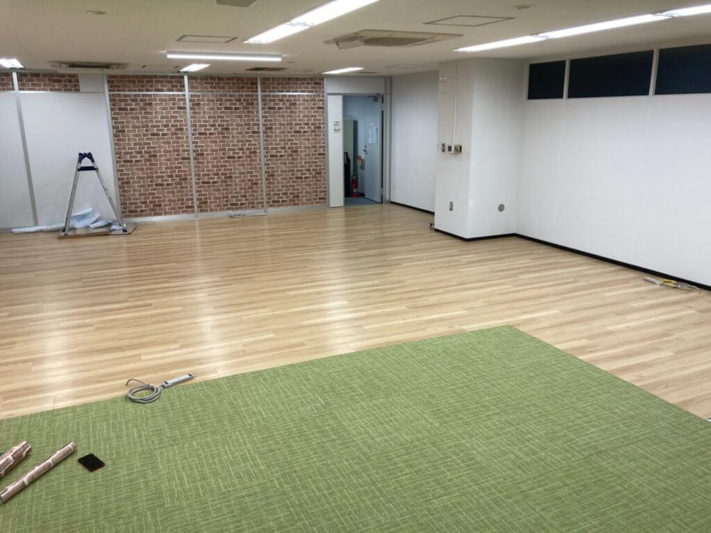 樹脂製のOAフロアの上に床材を3種に分けて施工しました。
